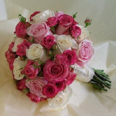 śliczny bukiet ślubny z białych i różowych róż