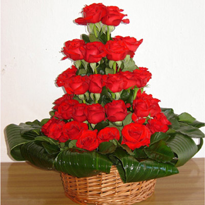 piekny kosz z czerwonych roz w ksztalcie tortu