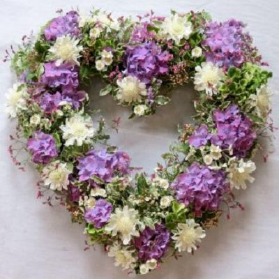 wieniec pogrzebowy 14 kwiaty ulozone w ksztalcie serca